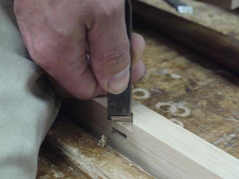 下穴はトリマーで決めて鑿で仕上げる