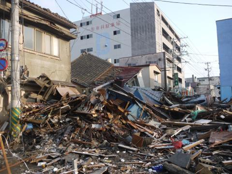 県道7号線石巻中央1丁目交差点から見た被災地
